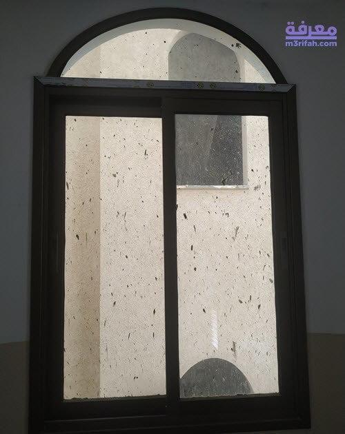 كيفية إزالة بقع الخرسانة المستعصية عن الزجاج