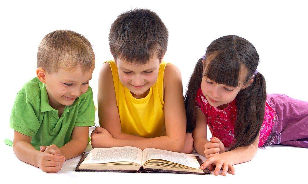 أطفال يقرأون