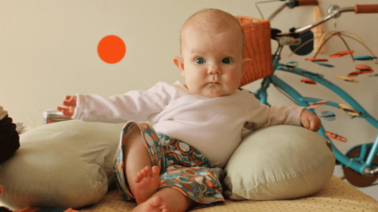 متى يبدأ الطفل في الجلوس