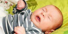 أنين الطفل الرضيع أثناء النوم
