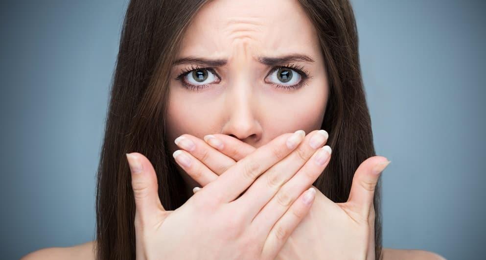 هل الجير يسبب رائحة كريهة للفم